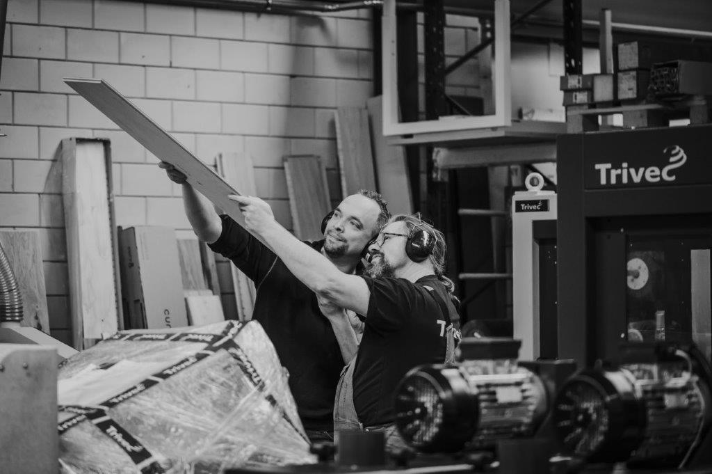 Medewerkers van Trivec inspecteren een bewerkt stuk van een parketvloer 3